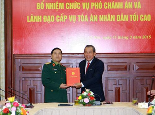 Chánh án Trương Hòa Bình (phải) trao Quyết định bổ nhiệm ông Nguyễn Văn Hạnh giữ chức vụ Phó Chánh án TAND Tối cao, Chánh án Tòa án quân sự Trung ương