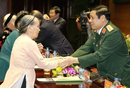 Bộ trưởng Phùng Quang Thanh thăm hỏi các Bà mẹ Việt Nam Anh hùng - Ảnh: QĐND