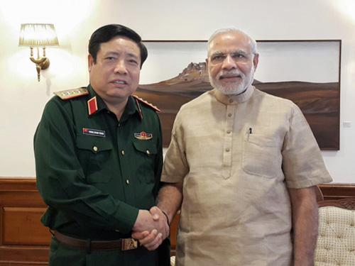 Bộ trưởng Phùng Quang Thanh tiếp kiến Thủ tướng Narendra Modi trong chuyến thăm Ấn Độ