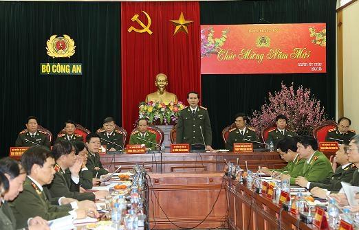 Bộ trưởng Bộ Công an Trần Đại Quang chỉ đạo cán bộ, chiến sĩ ngành công an gương mẫu không sử dụng xe công đi lễ hội