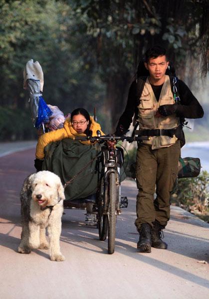 Ding cùng chú cho kéo Lai Min đang ngồi trên xe lăn