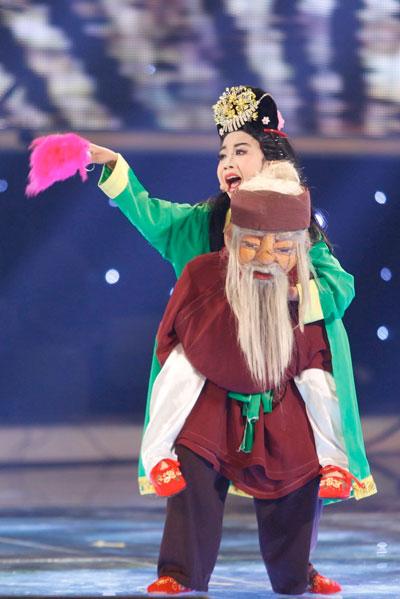 Cậu bé Nguyễn Đức Vĩnh trình diễn vở tuồng Ông già cõng vợ đi xem hội trong đêm chung kết xếp hạng. (Ảnh do VTV cung cấp)