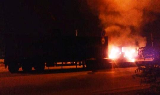 Chiếc xe cháy ngùn ngụt lúc rạng sáng