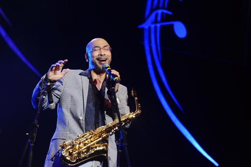 Người ca sĩ - nhạc sĩ đa tài còn thể hiện khả năng chơi saxophone