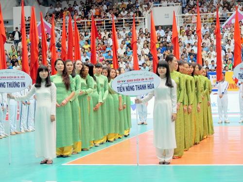 Các đoàn VĐV tha thướt trong tà áo dài Việt Nam tại lễ khai mạc giải