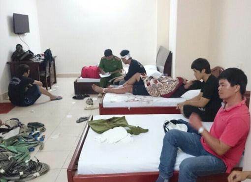 Lực lượng công an lấy lời khia của nhóm cascadeur tại khách sạn. Ảnh do nhóm cascadeur cung cấp