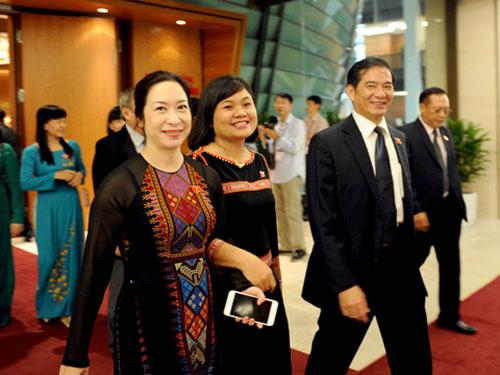 Cac đại biểu bước vào kỳ họp thứ 9, Quốc hội khóa XIII - Ảnh: Thắng Long