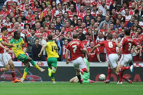 Cameron Jerome (thứ hai, từ trái sang) ghi bàn mở tỉ số cho Norwich