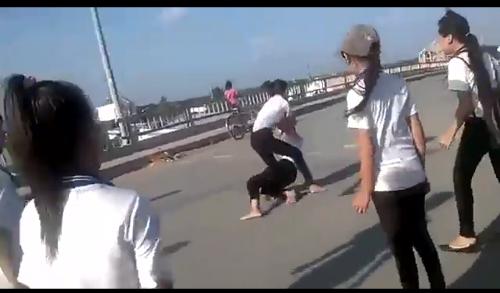 Cảnh 2 nữ sinh đánh nhau (cắt từ clip)