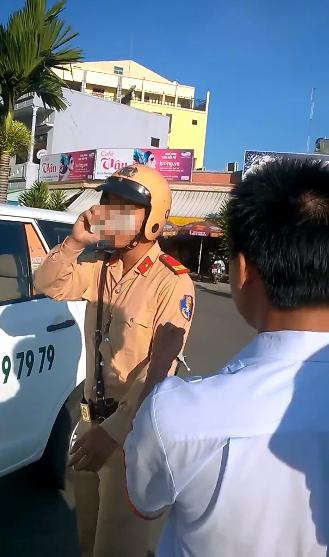 Thượng sĩ B.T. D bị tài xế phản ứng không mang bảng tên khi đi làm nhiệm vụ -Ảnh cắt từ clip