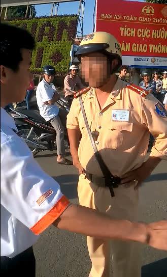 Đại úy B.H.T, người bị cho là đã giật điện thoại của tài xế - Ảnh cắt từ clip