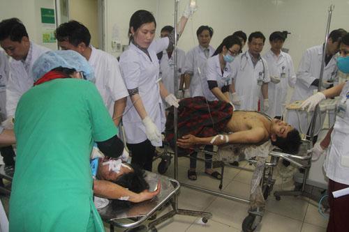 Các nạn nhân của vụ sập giàn giáo dự án Formosa được đưa vào cấp cứu tại Bệnh viện đa khoa huyện Kỳ Anh - Ảnh: Đức Ngọc