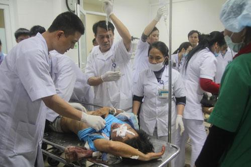 Hàng trăm nhân viên y tế đã được huy động để cấp cứu các nạn nhân vụ sập giàn giáo - Ảnh: Đức Ngọc