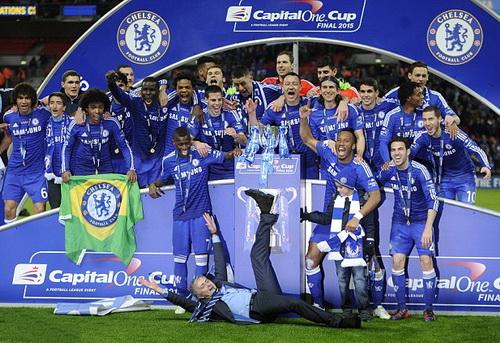Petr Cech (áo đỏ, giữa) và Chelsea đăng quang Capital One Cup