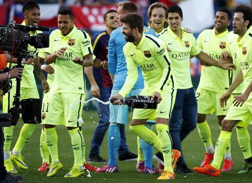 Champagne chảy tràn trong ngày vui của Barca