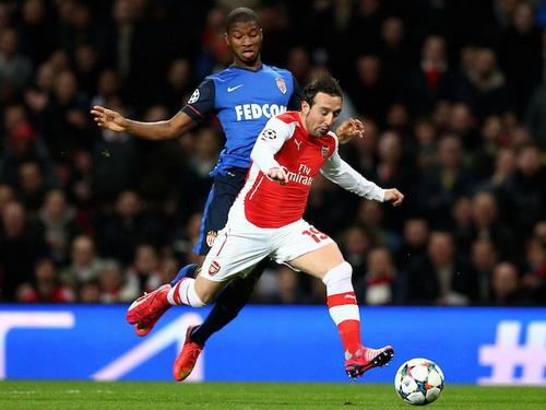 Santi Cazorla không xốc nổi hàng tiền vệ Arsenal trước sự lấn lướt của đội bóng Pháp