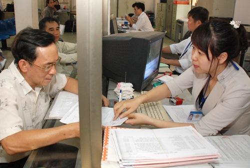 Cán bộ UBND quận Tân Bình - TP HCM giải quyết thủ tục hành chính cho người dân. Ảnh: Tấn Thạnh