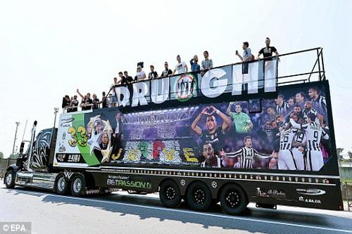 CĐV Juventus chạy xe 900km đến Berlin cổ vũ đội nhà