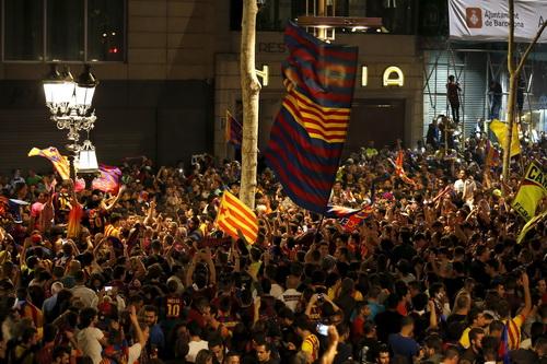 Cổ động viên Barca đổ xuống đường mừng thắng lợi của đội nhà