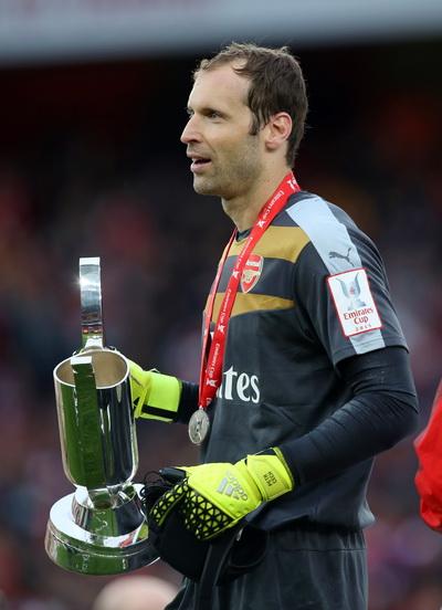 Thủ môn Petr Cech có chiếc cúp thứ hai sau khi rời Chelsea