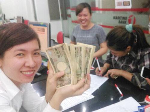 Chị Hồng (người cầm bút) đã đổi khoảng 4 triệu Yen sang VNĐ