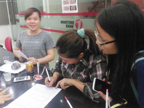 Chị Huỳnh Thị Ánh Hồng thực hiện giao dịch tại ngân hàng