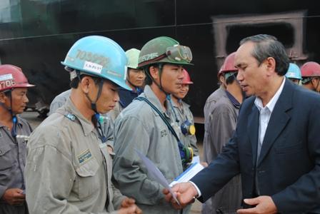 Lãnh đạo LĐLĐ tỉnh Khánh Hòa, thăm hỏi công nhân trong dịp Tết Nguyên đán 2014