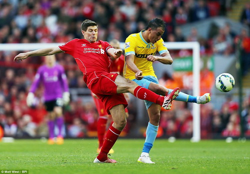Gerrard tranh bóng với Chamakh