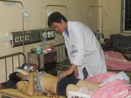 Một công nhân bị thương trong vụ sập giàn giáo Formosa đang được điều trị tại Bệnh viện đa khoa tỉnh Hà Tĩnh