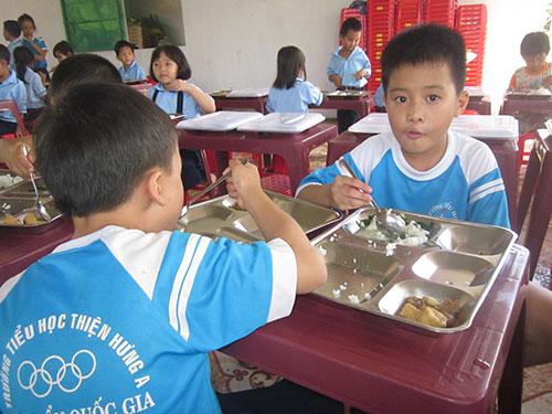 Học sinh Trường Tiểu học Thiện Hưng A đã bị cô hiệu trưởng xén phần ăn
