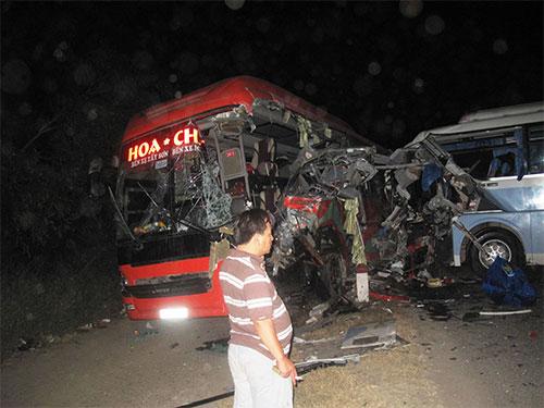Không có dải phân cách, hai xe khách đã tông nhau làm 1 người chết, 16 người bị thương vào tối 1-3 tại tuyến Quốc lộ 1 qua xã Bình Kiến, TP Tuy Hòa, tỉnh Phú Yên Ảnh: HỒNG ÁNH