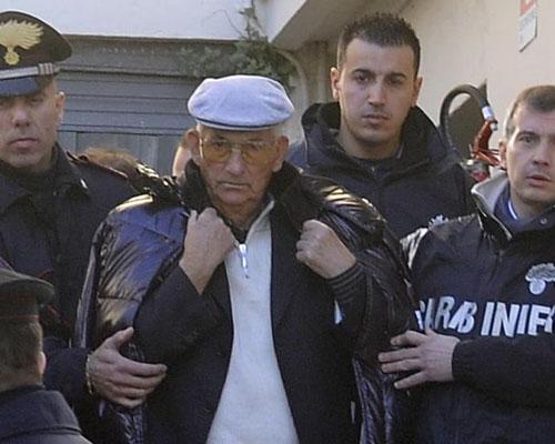 """Peppino Marciano (giữa), một """"ông trùm"""" của 'Ndrangheta, bị bắt Ảnh: IL SECOLO XIX"""