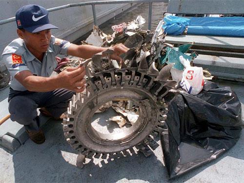 Một trong những thiết bị được cho là một phần động cơ Boeing 737 của SilkAir 185 đâm xuống sông Musni năm 1997Ảnh: SILKAIR