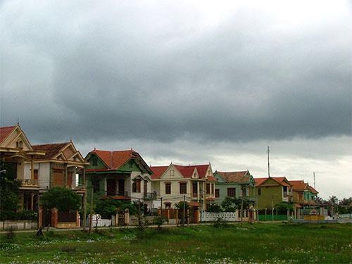 Những ngôi nhà bề thế nhưng vắng vẻ mọc lên nhờ xuất khẩu lao động ở thôn Thanh Gianh (huyện Bố Trạch, tỉnh Quảng Bình) Ảnh: HOÀNG PHÚC