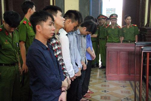 """Nhóm công nhân giúp sức cho Trần Văn Tèo hầu tòa về tội """"Lừa đảo chiếm đoạt tài sản"""", """"Làm giả con dấu, tài liệu của cơ quan, tổ chức"""""""