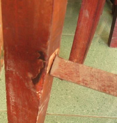Chân bàn được lắp ghép sơ sài bằng gỗ tạp
