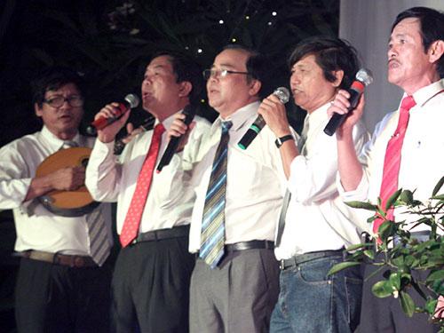 Nhạc sĩ Nguyễn Duy Khoái (bìa trái) đệm đàn trong lễ kỷ niệm 40 năm Tổng đoàn  Học sinh Đà Nẵng (1971-2011) Ảnh: Văn Tiến