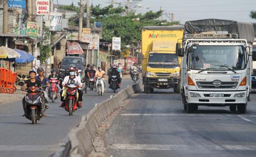 Lưu thông trên tuyến Quốc lộ 1 đoạn qua quận Thủ Đức, TP HCM trật tự, ít tai nạn hơn nhờ có dải phân cách Ảnh: Hoàng Triều