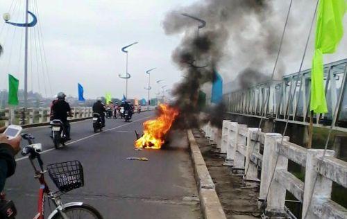 Chiếc xe máy bốc cháy dữ dội trên cầu Đà Rằng