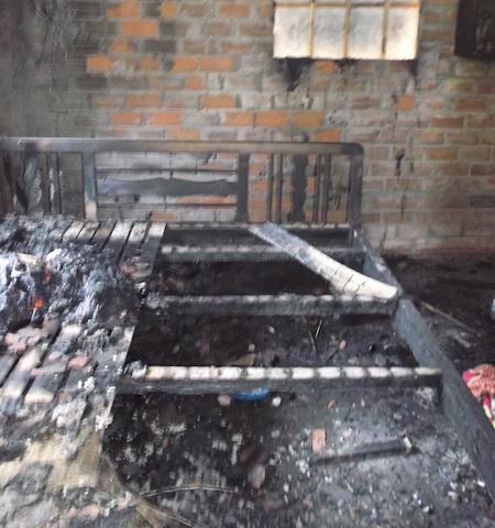Chiếc giường ngủ của vợ chồng anh Thắng bị cháy