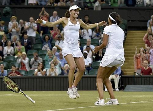 Niềm vui chiến thắng của tay vợt 34 tuổi Martina Hingis (trái)