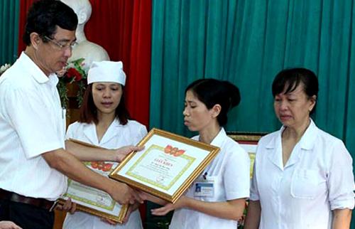 Chị Hoàng Thị Nguyệt (thứ ba từ phải qua) và các cán bộ của Bệnh viện Đa khoa Hoài Đức được khen thưởng vì tố cáo vụ nhân bản kết quả xét nghiệm