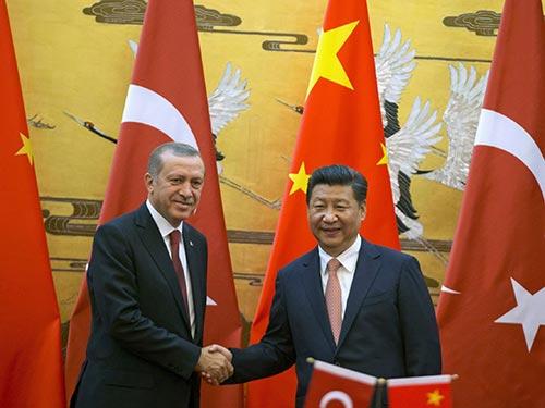 Chủ tịch Trung Quốc Tập Cận Bình (phải) tiếp đón Tổng thống Thổ Nhĩ Kỳ Recep Tayyip Erdogan tại Đại Lễ đường Nhân dân ở Bắc Kinh ngày 29-7 Ảnh: REUTERS