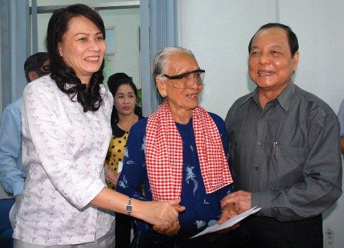 Bí thư Thành ủy TP HCM Lê Thanh Hải và lãnh đạo LĐLĐ TP HCM thăm hỏi gia đình chính sách