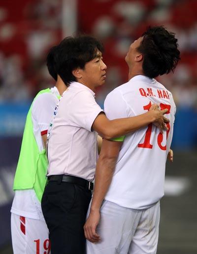 HLV Miura an ủi đội trưởng Quế Ngọc Hải sau trận thua U23 Myanmar  Ảnh: Quang Liêm