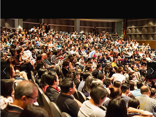 Khán giả kiều bào đến xem vở Hợp đồng mãnh thú đông kín trong suất diễn tại California  (ảnh do nghệ sĩ cung cấp)