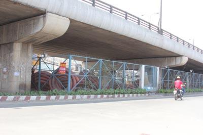 Gầm cầu vượt Tân Thới Hiệp, quận 12, TP HCM được trưng dụng làm kho chứa vật liệu xây dựng