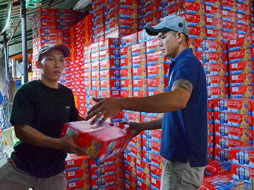 Một đại lý bia trên đường Lý Thường Kiệt, quận 10, TP HCM chuẩn bị hàng để cung ứng thị trường dịp Tết.  Ảnh: Tấn Thạnh