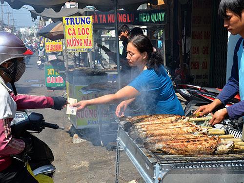Cá lóc nướng là mặt hàng bán chạy trong ngày cúng Thần tàiẢnh: TẤN THẠNH