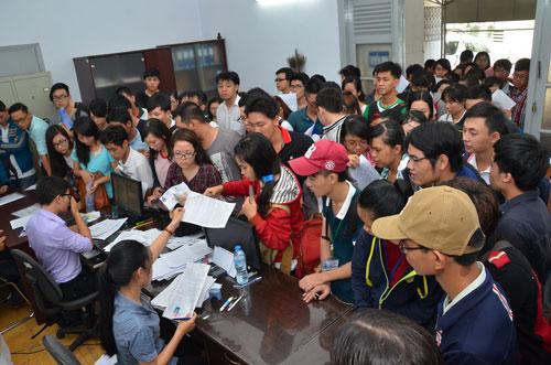 Thí sinh nộp hồ sơ dự thi tại Cơ quan Đại diện Bộ Giáo dục và Đào tạo ở TP HCM Ảnh: TẤN THẠNH